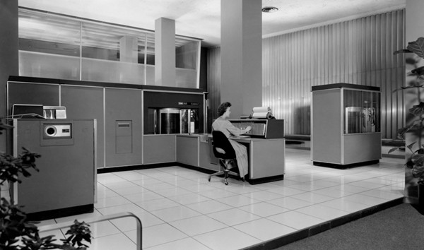 IBM 305 RAMAC是第一台带有硬盘的超级计算机,于1956年9月13日推出