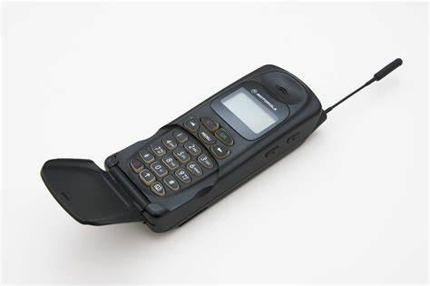 """1995年,第一款""""翻盖手机""""——摩托罗拉8900问世"""