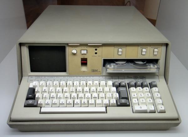 IBM在1975年9月发布了意义上的第一款便携式电脑(笔记本电脑)IBM 5100