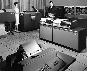 1962年10月11日,IBM推出了IBM 1311磁盘存储驱动器