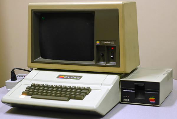 Apple II 于1977年6月发布,支持在CRT显示器上显示彩色图形
