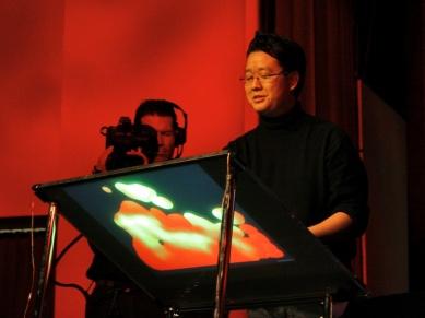 2006年,Jeff Han 在TED推出了第一款无界面、基于触摸的电脑显示器