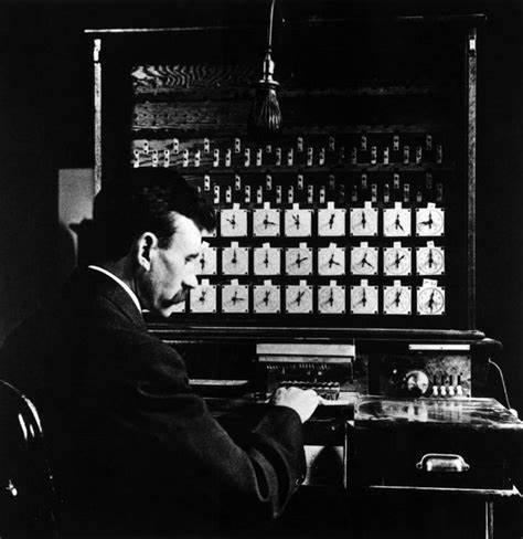 赫尔曼·霍勒里斯(Herman Hollerith)开发了一种用于将信息记录并存储到punch cards上的方法
