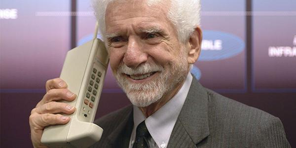 手机是由Dr. Martin Cooper和Motorola的一组开发人员于1973年发明的