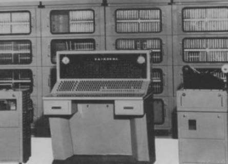 1955年,贝尔实验室于发明了第一台晶体管计算机TRADIC,揭开第二代计算机序幕