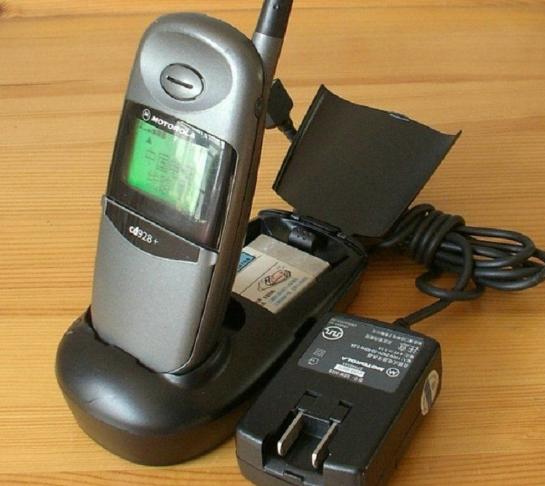 全中文手机摩托罗拉CD928+在1999年2月上市