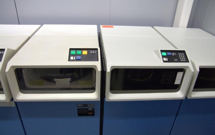 1968 年,IBM 颠覆了之前自己的设计,重新提出了  Winchester 技术的可行性