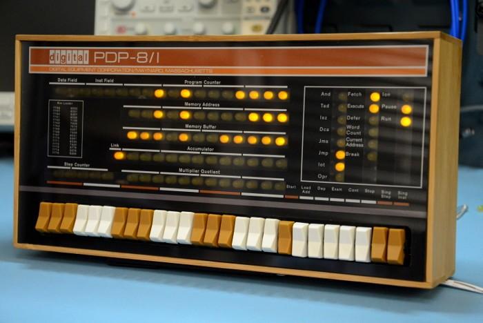 1965年3月22第一款采用晶体管技术的迷你电脑PDP-8由迪吉多公司推出