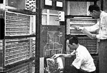 1954年5月24日,贝尔实验室组装了世界上第一台晶体管计算机TRADIC