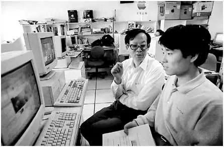 """1979年7月新中国诞生第一张用""""激光汉字编辑排版系统""""整张输出的中文报纸"""