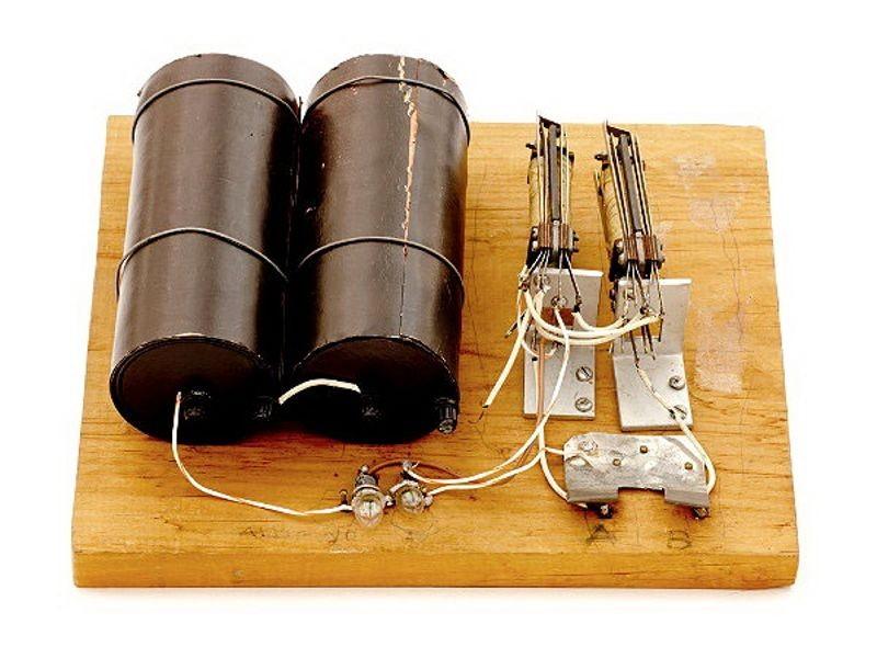 """1938年美国AT&T贝尔实验室发明了第一台电磁式的数字计算机""""Model-K"""""""