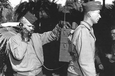 """1940年,摩托罗拉为美国军方发明了步话机——SCR-300,是第世界一个""""对讲机"""""""