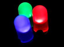 1962年,NickHolonyack开发出第一种可实际应用的可见光发光二极管(LED)