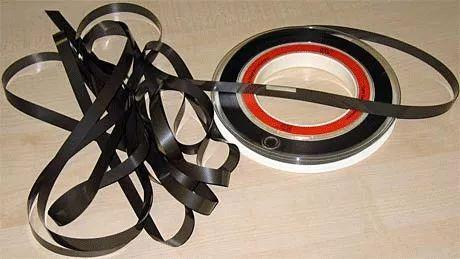 """1950年代,IBM最早把""""盘式磁带""""用在数据存储上"""