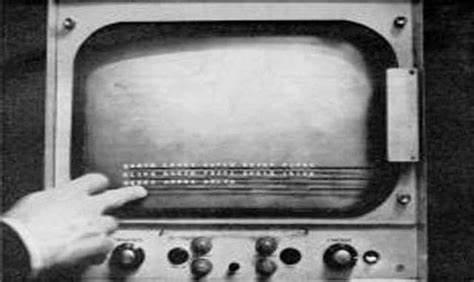 1967年,E.A.Johnson发明了世界第一块触摸屏,应用于航空交通管理