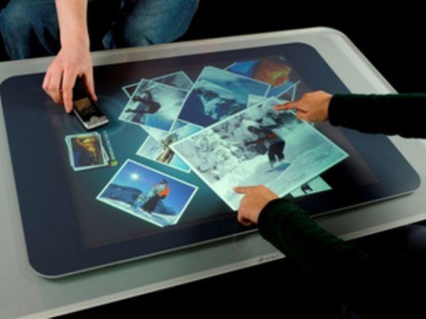 1982年,多伦多大学发明了第一个能感应食指指压的显示器,实现多点触控技术